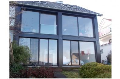 Holzfenster mit Blech-verkleidung der Fassade